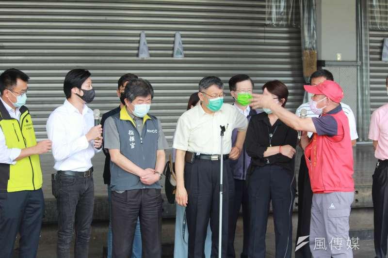 指揮中心與台北市政府2日召開聯合記者會,立委林昶佐(左二)在現場遭環南市場自治會會長林勝東(右一)嗆聲。(方炳超攝)