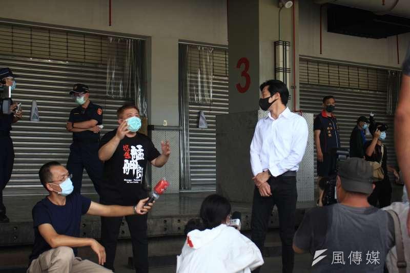 20210702-指揮中心與台北市政府2日召開聯合記者會,立委林昶佐(右)在現場遭環南市場自治會成員(左)嗆聲。(方炳超攝)