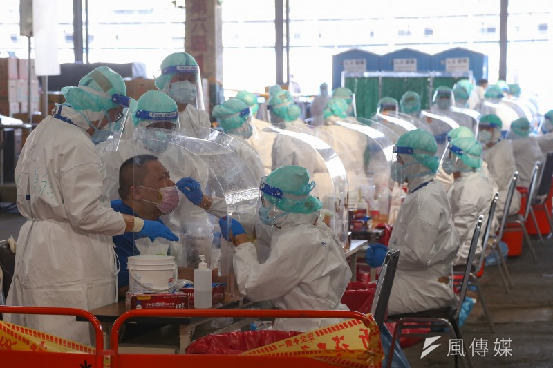 20210703-因應環南市場疫情群聚事件,北市府3日於北農第一果菜市場拍賣區設立篩檢站採檢相關人員。(顏麟宇攝)