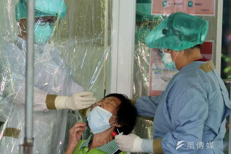 台灣民意基金會董事長游盈隆指出,民進黨民調會出現這種「墜崖式垂直崩落」,和蔡政府對於國產疫苗及疫情處理有關。示意圖。(資料照,柯承惠攝)