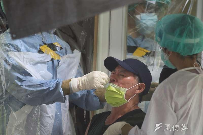 20210705-新北市亞東醫院新冠肺炎機動快篩隊5日至樹林區博愛街市場為攤商篩檢。(柯承惠攝)