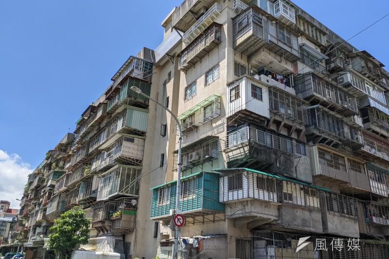 台北市建管處建照科科長洪崇嚴表示,「外凸式」樓梯建物裝設電梯有建物本身限制,不管法規是否有放寬,都沒辦法徹底解決問題。示意圖。(資料照,顏麟宇攝)