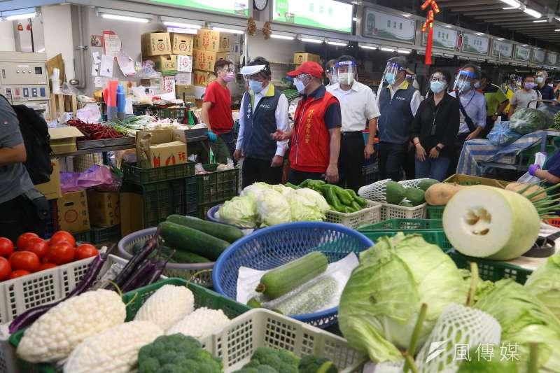 20210706-衛福部長陳時中(左二)、環南市場自治會長林勝東(左三)6日一同視察重啟營業的環南市場。(顏麟宇攝)
