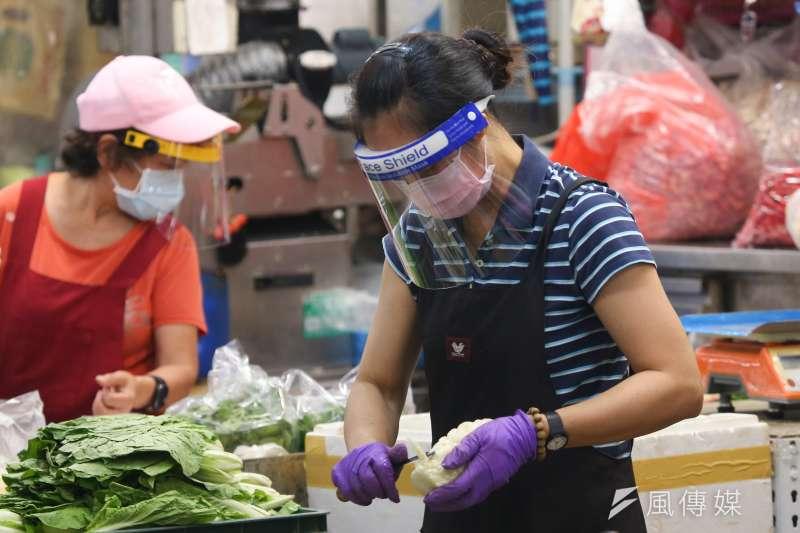 20210706-北市環南市場6日重啟營業,攤商皆戴上口罩及面罩。(顏麟宇攝)