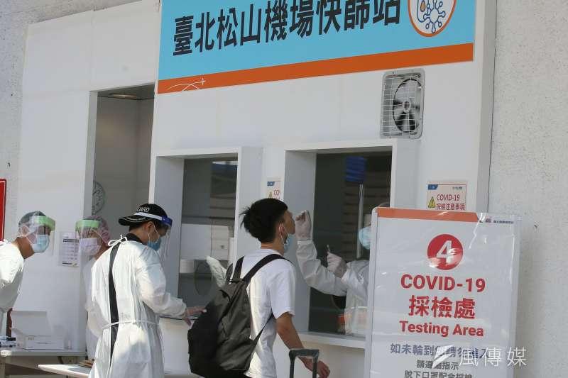 20210706-民眾6日在台北松山機場登機前接受新冠肺炎篩檢。(柯承惠攝)