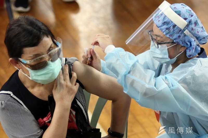 指揮中心不依年齡却自主認定「維持社會運作人員」,讓第七類接種人員爆增。圖為台北市幼兒園教職員工7日施打新冠肺炎疫苗。(柯承惠攝)