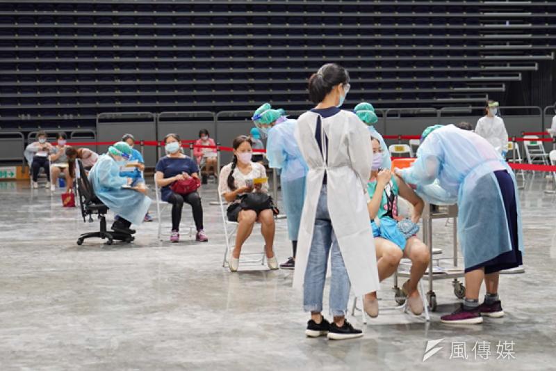 高雄巨蛋今日施打9千位幼教工作者,透過眾多藝人歌手加油,讓現場的人們得到安定的能量。(圖/徐炳文攝)