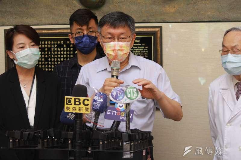 台北市長柯文哲12日在北市防疫記者會上表示,「廣義家戶感染」同志團體也是個問題,引起外界質疑是歧視同志族群。(方炳超攝)
