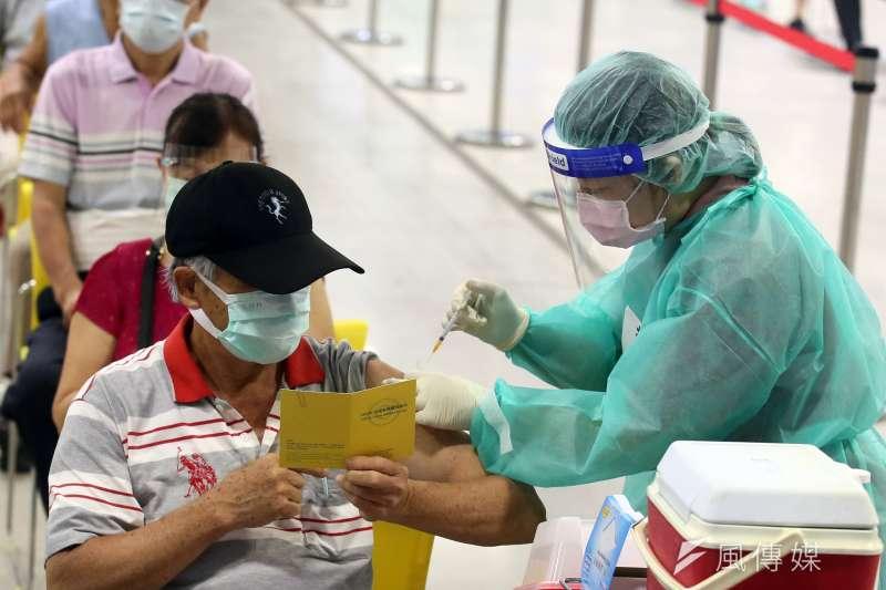 為何打過疫苗仍會染疫?胸腔科醫師蘇一峰30日於臉書發文引述外國醫學期刊研究指出,原因在於中和水平抗體濃度。示意圖,非關新聞個案。(資料照,柯承惠攝)