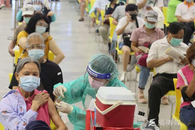全台啟動大規模施打新冠疫苗,16日更創下單日新高接種紀錄。示意圖。(資料照,柯承惠攝)