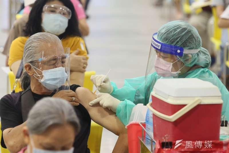 高雄市有一名6旬男子施打完AZ疫苗後隔天突然倒地不起。(示意圖/資料照)