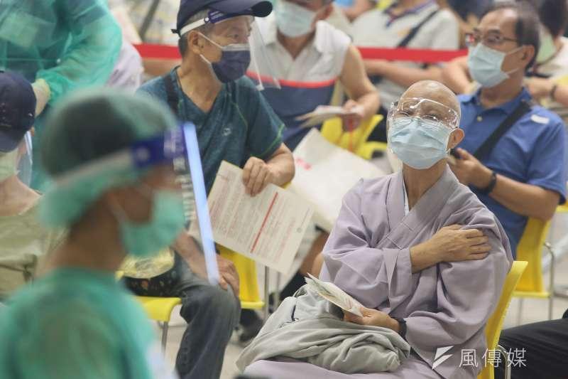 莊人祥呼籲,民眾不要透過不理性的行為試圖混打,世界衛生組織(WHO)也強調民眾切勿自行決定是否混打疫苗。(柯承惠攝)