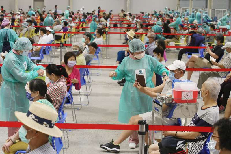 中央流行疫情中心指揮官陳時中指出,對於本國無健保卡者,將會規劃以身分證號及戶號進行意願登記。示意圖,非本新聞當事人。(資料照,柯承惠攝)