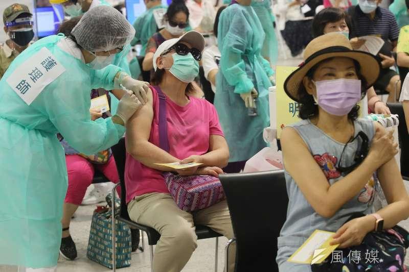 20210714-民眾14日在台北市花博園區疫苗接種站施打新冠肺炎疫苗。(柯承惠攝)