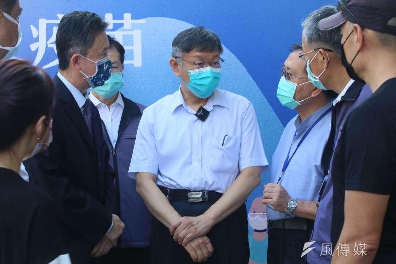 20210714-台北市長柯文哲(中)14日視察設於花博園區的新冠肺炎疫苗接種站。(柯承惠攝)