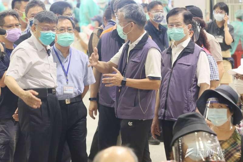 20210714-台北市長柯文哲(前左)14日視察設於花博園區的新冠肺炎疫苗接種站。(柯承惠攝)