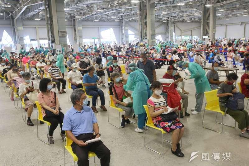 20210714-民眾14日在花博園區的疫苗接種站施打新冠肺炎疫苗。(柯承惠攝)
