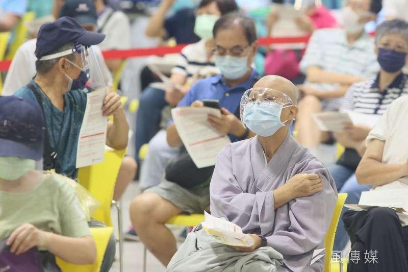 20210714-民眾14日在台北市花博園區的疫苗接種站施打新冠肺炎疫苗。(柯承惠攝)