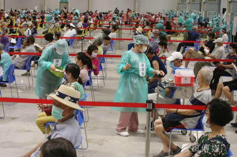 台北市花博園區的大型疫苗接種站,14日首度啟用提供施打新冠肺炎疫苗。(柯承惠攝)