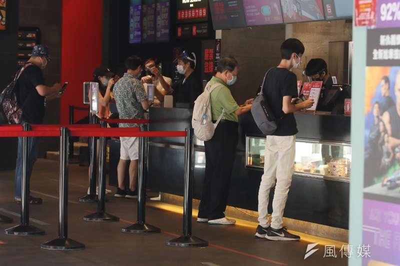 指揮中心宣布自7月27日起,調降疫情警戒標準為第二級,文化部同步公布放寬表演場館開放觀眾入場。(圖/資料照)