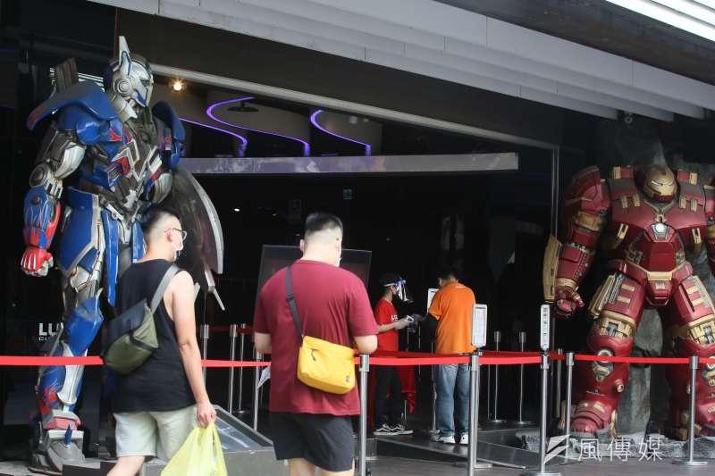 20210715-新冠肺炎疫情三級警戒微解封,電影院重新開放民眾購票入場。(柯承惠攝)