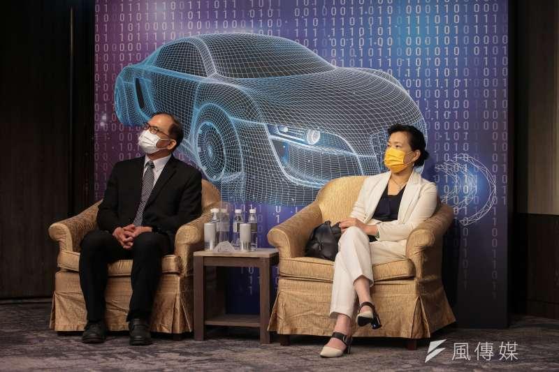 經濟部長王美花(右)、台灣車輛移動研發聯盟主委胡竹生(左)16日出席風傳媒舉辦「電動車2025」線上論壇。(顏麟宇攝)