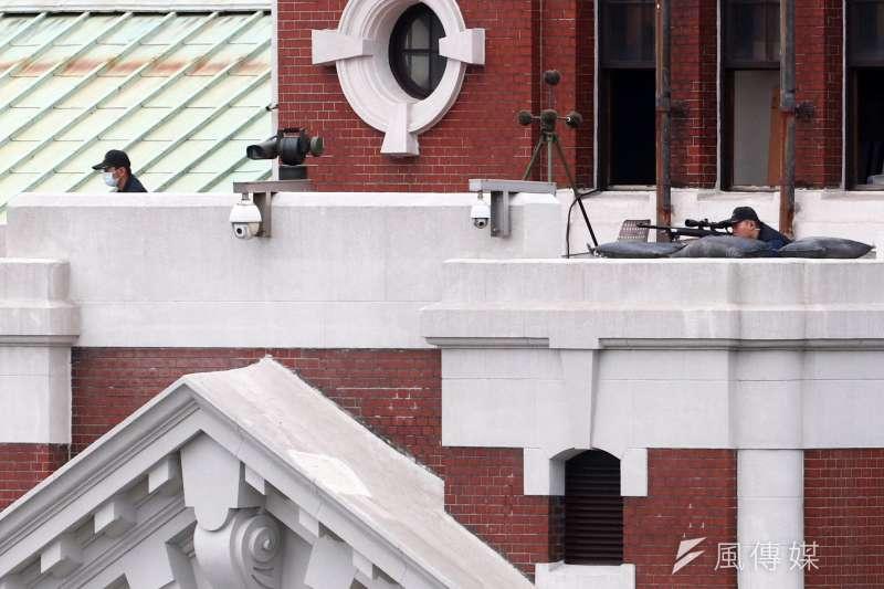 20210716-國安局特勤中心反狙擊組是以狙擊槍屏障安全維護對象的專業單位,每年只有在國慶大會才曝光;兩組人馬分別部署總統府南、北兩側塔樓樓頂,以狙擊鏡和觀測器材緊盯府前南、北廣場觀眾席及周邊大樓動態。(蘇仲泓攝)