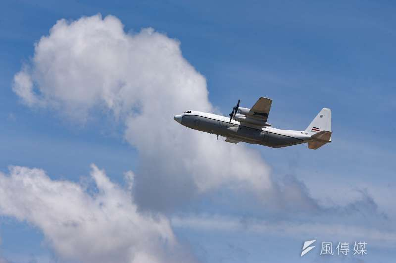 多個軍事及航空網路社團披露1架L-100-30運輸機19日中午降落在桃園機場,且被直擊疑似進行上下貨作業。(顏麟宇攝)
