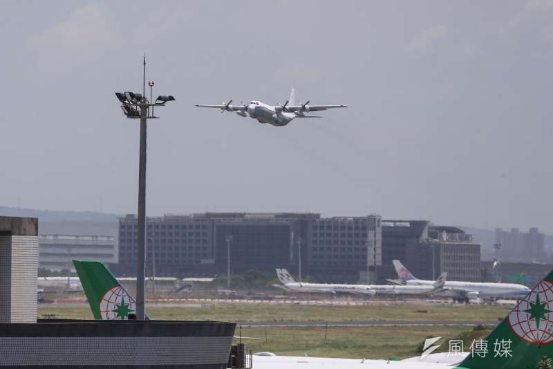 20210719-美国包机L-100-30运输机19日中午抵达桃园机场,在完成任务后随即飞离。(颜麟宇摄)