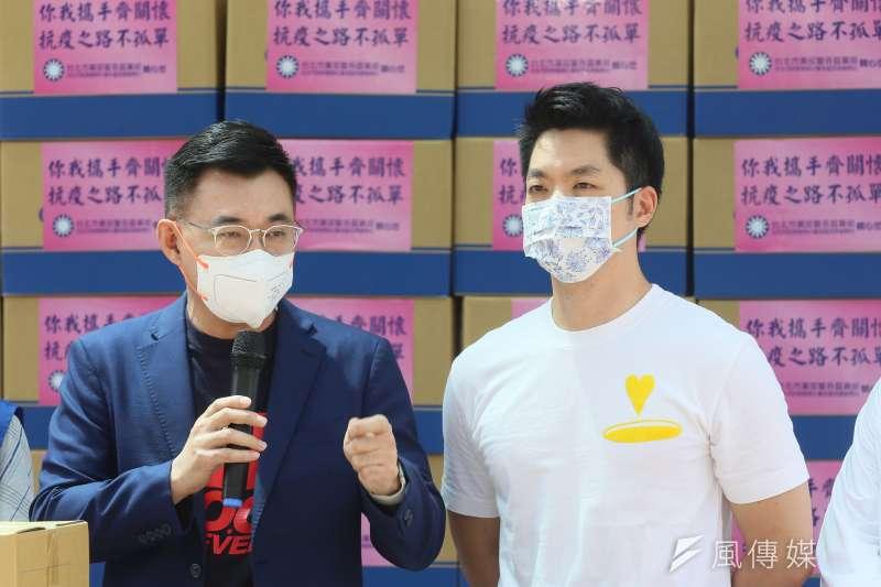 20210719-國民黨主席江啟臣(左)與立委蔣萬安(右)19日出席「你我攜手齊關懷 、抗疫之路不孤單」福箱捐贈活動。(柯承惠攝)