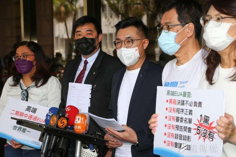 國民黨主席江啟臣(中)等人20日赴台北地檢署,針對「高端疫苗通過EUA」按鈴申告衛福部長陳時中。精神科醫師沈政男表示,國民黨此舉實在是不智。(資料照,顏麟宇攝)