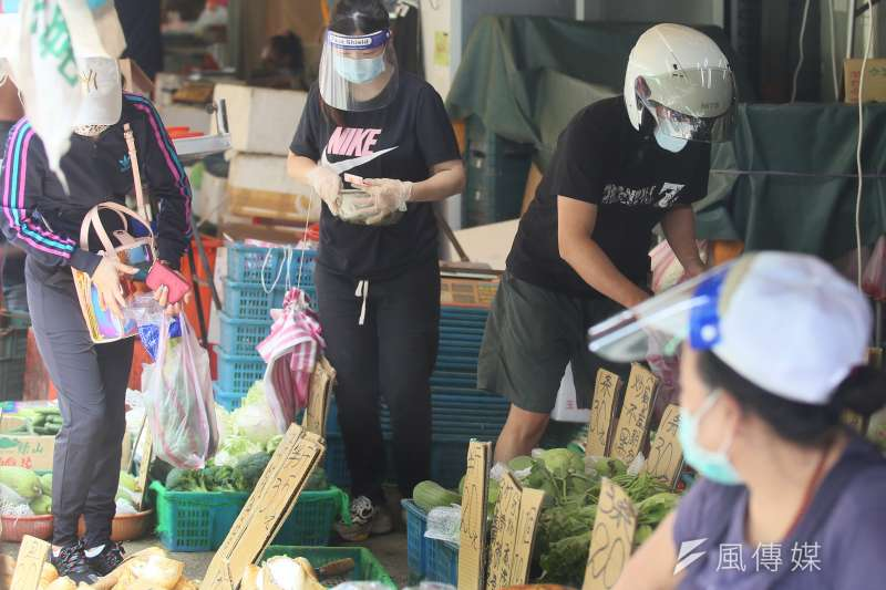 20210721-烟花颱風逼近台灣前夕,民眾到市場採買。(柯承惠攝)