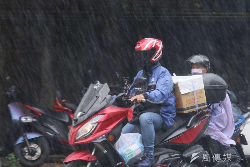 30日深夜起鋒面稍微影響台灣,水氣增加,午後雷陣雨範圍也會擴大。(資料照/柯承惠攝)