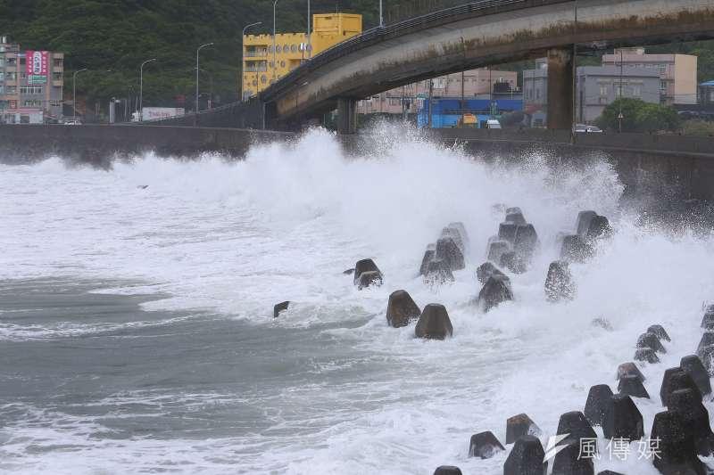 暖化效應下,極端天氣事件頻仍,對台灣造成極大威脅。圖為颱風來襲,台灣附近海面風浪增大。(資料照,顏麟宇攝)