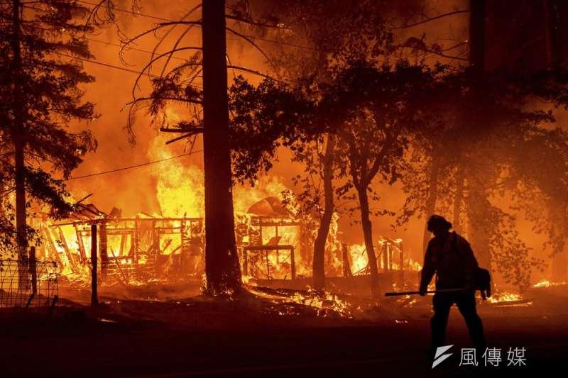 7月24日,美國加州消防員正努力撲滅野火(美聯社)