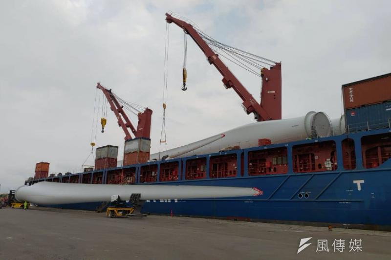 海事工程船在碼頭進行風機組件卸載作業。(圖/潘品伸)