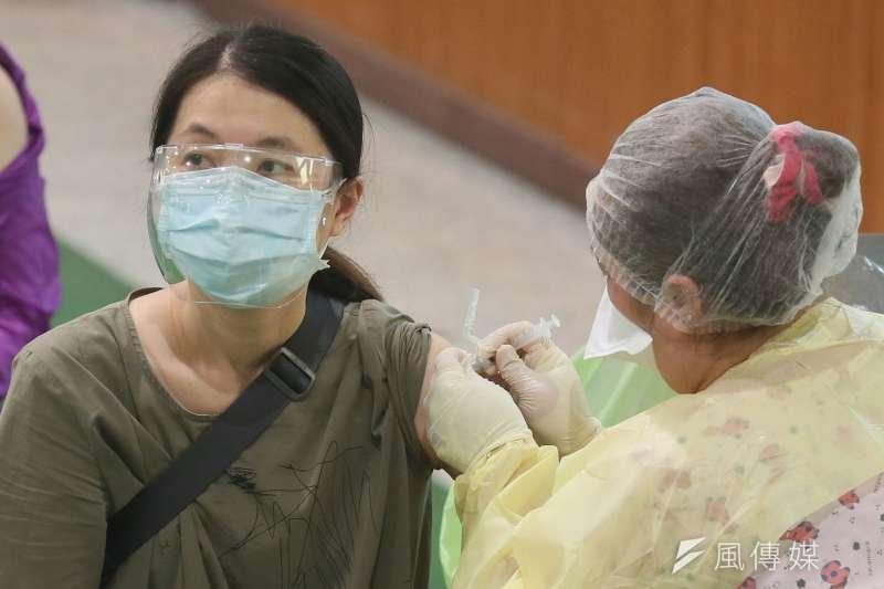 醫師表示,疫苗對於重症的保護力依舊非常高,呼籲符合資格的民眾儘速施打。(圖/資料照)