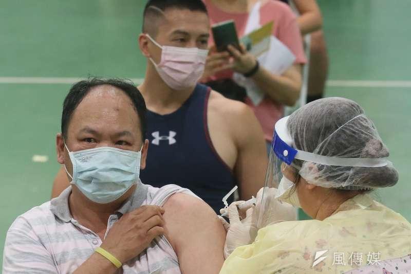 台北市副市長市蔡炳坤指出,因為國妹疫苗數量有限,如何分配得妥善、合理是中央政府的考驗。示意圖,非關新聞當事人。(資料照,柯承惠攝)