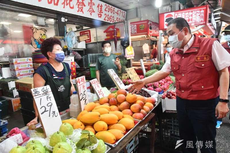 新北市長侯友宜27日上午視察板橋湳興市場,受訪時表示,在疫情中沒有贏家。(新北市政府提供)