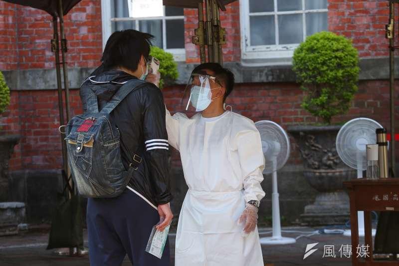 大學指考7月28日舉行,考生入場須量測體溫。(圖/顏麟宇攝)