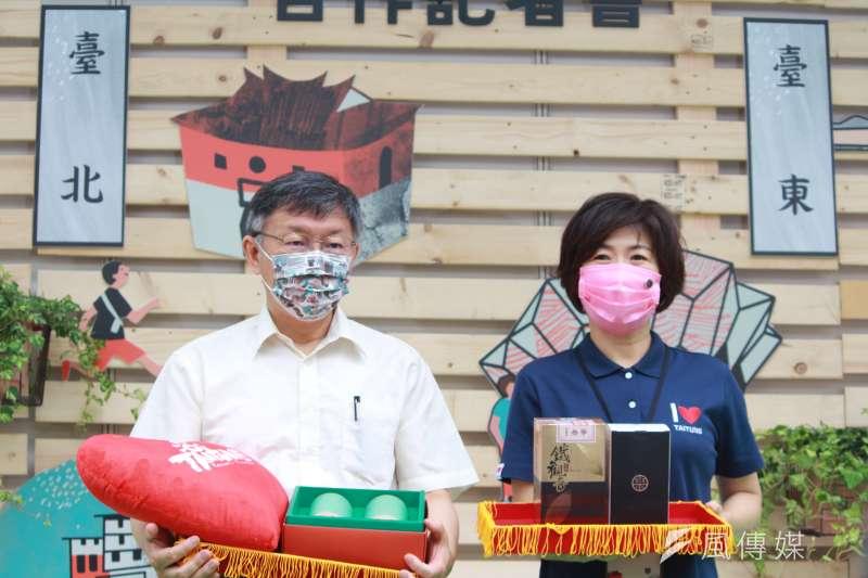 台北市長柯文哲(左起)與台東縣長饒慶鈴一同出席「台北x鳴日號x台東x熱氣球」異業結盟及雙城合作記者會。(方炳超攝)