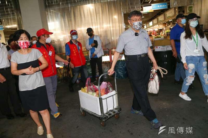 台北市長柯文哲7日陪同夫人陳佩琪至環南市場買菜,不忘幫陳佩琪拿菜。(顏麟宇攝)