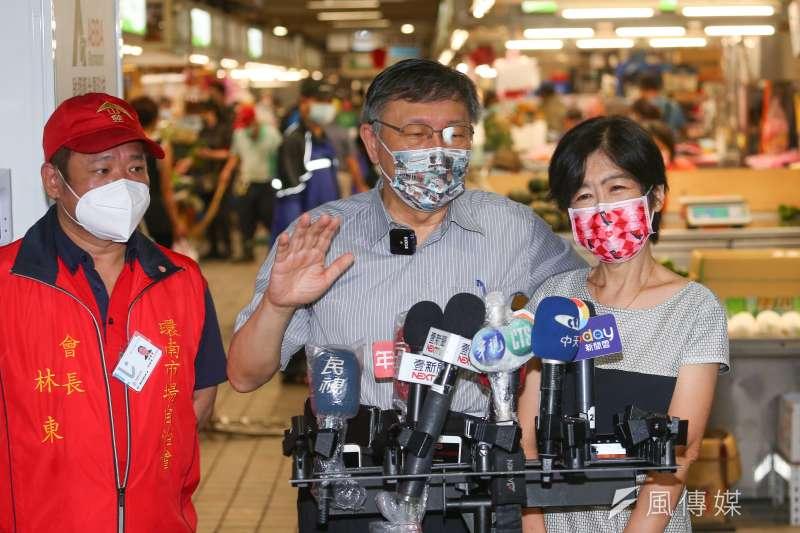20210807-台北市長柯文哲(中)7日陪同夫人陳佩琪(右)至環南市場買菜。(顏麟宇攝)