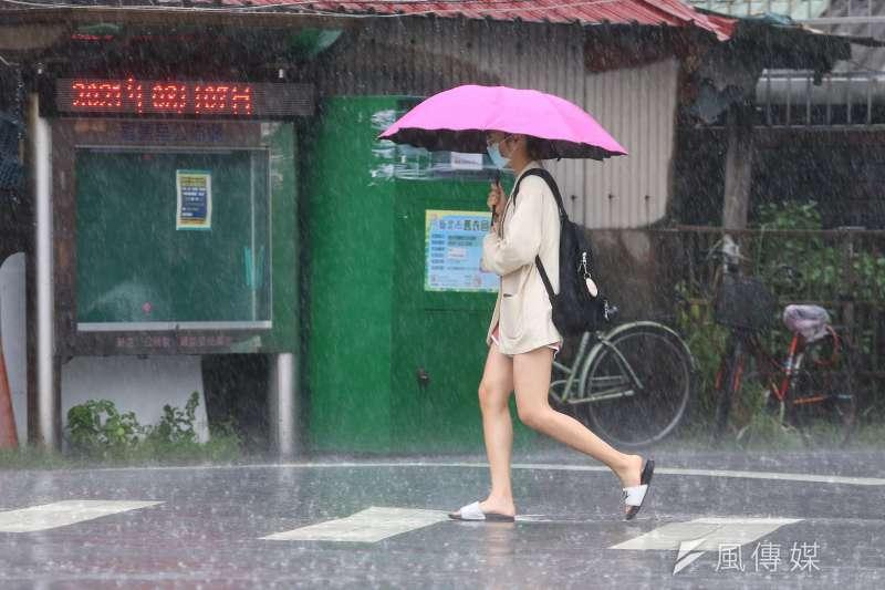 24日至26日北台灣受入秋首波微弱東北風影響,迎風面北海岸、東北角雲量增多有局部雨。(示意圖/顏麟宇攝)