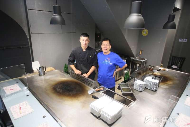 20210809-巷弄鐵板燒負責人王韋文(左)與他的父親王慶春(右)。(柯承惠攝)