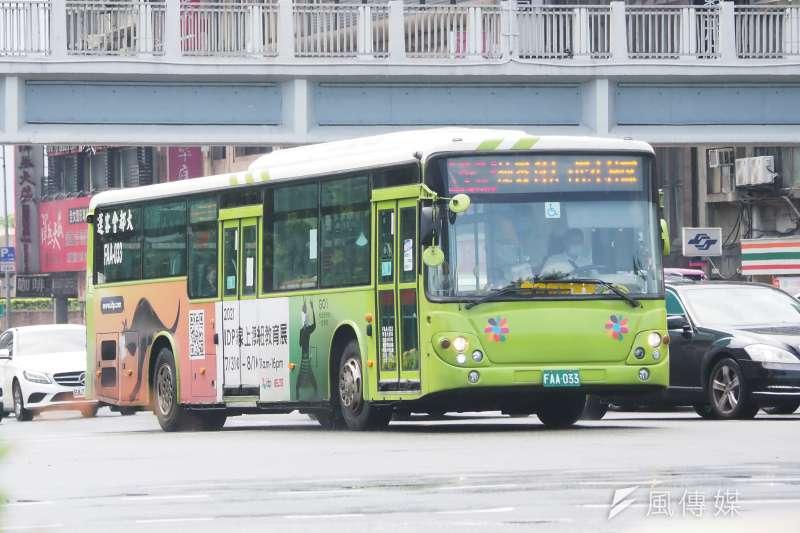 台北市衛生局公布確診者足跡,為昨天新增個案16226的活動史,該案在12日、15日與16日,曾搭乘公車往返大同、萬華。示意圖。(資料照,柯承惠攝)