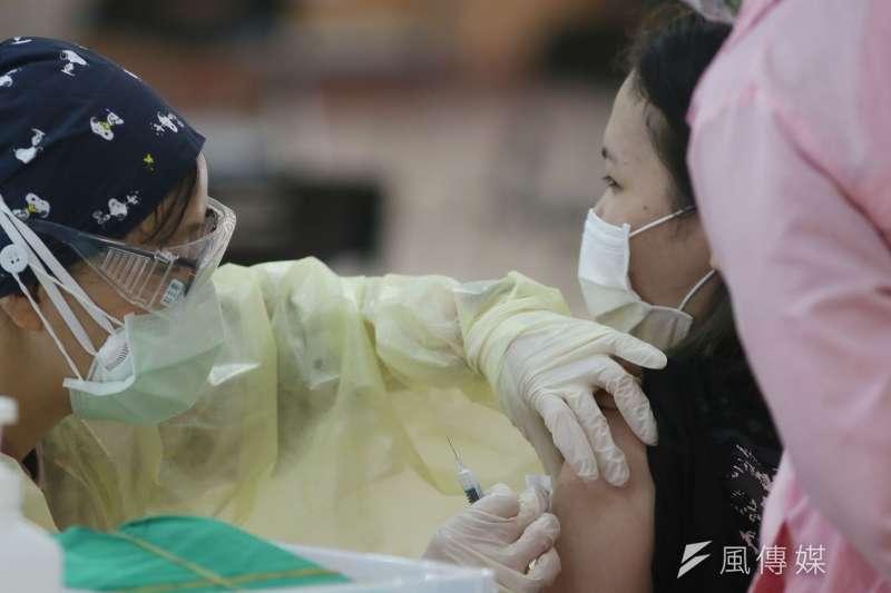 指揮中心發言人莊人祥表示,23日新增82起疫苗接種後不良事件,其中1起為51歲民眾在接種高端疫苗23天後死亡。示意圖,與新聞個案無關。(資料照,柯承惠攝)