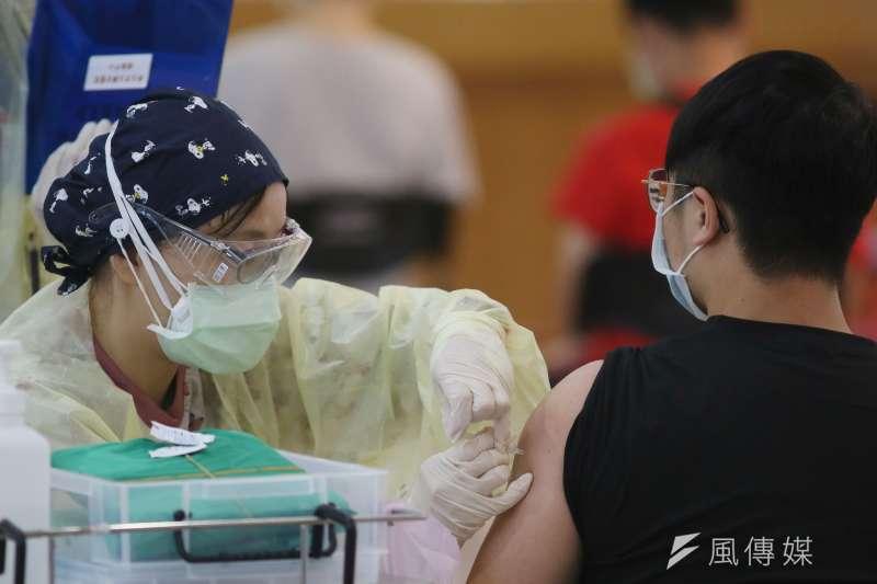 20210823-民眾23日開始至疫苗接種站施打高端新冠肺炎疫苗。(柯承惠攝)