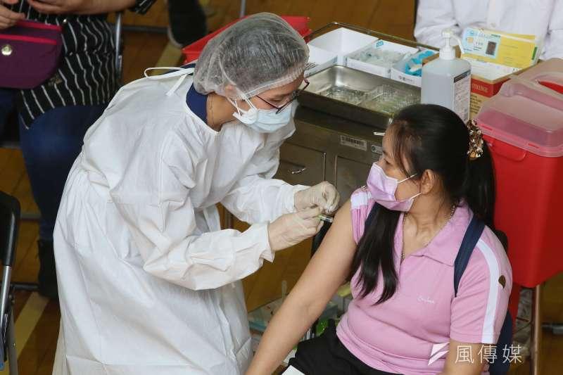 台北市政府明年預計編列28億元購買新冠肺炎第3劑加強劑疫苗。示意圖,非本新聞當事人。(資料照,柯承惠攝)