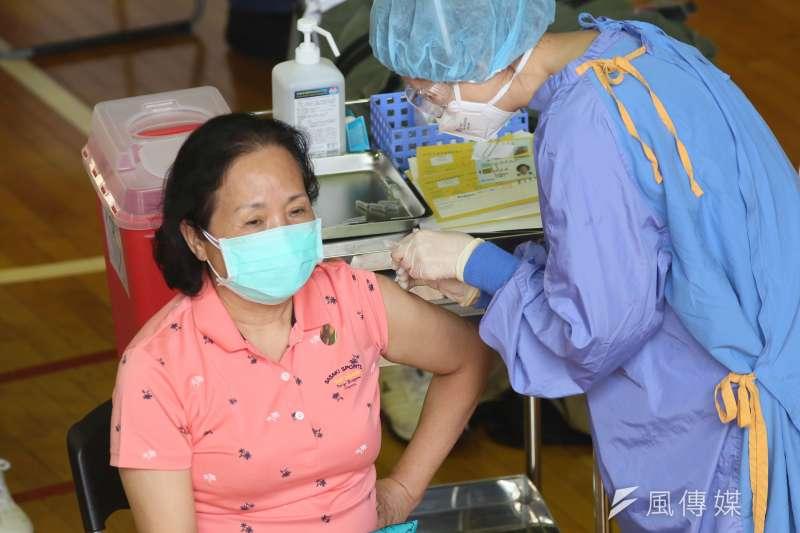 《刺胳針》期刊報告指出,完整接種COVID-19疫苗即已足夠,一般民眾不需要再打第3劑。(資料照,柯承惠攝)